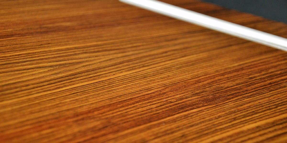 Placage de bois nobles et précieux des pupitres de conférence